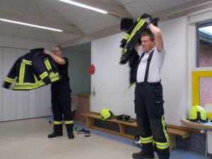 Das Anziehen vor den Kindern soll zeigen, dass unter der Feuerwehrkleidung ganz normale Menschen stecken.